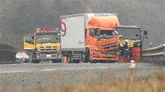 九州道で大型トラック同士が衝突 男性2人けが